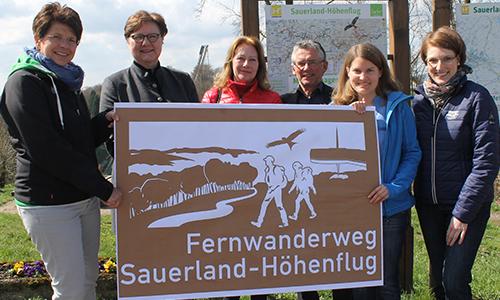 Neues Hinweisschild fuer Sauerland Hoehenflug Sauerland Höhenflug: Neues touristisches Hinweisschild an der A45 bei Meinerzhagen