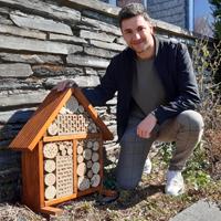 Niklas Hein, Student an der Universität Koblenz im  Bachelorstudiengang BioGeoWissenschaften, überreichte dem Naturpark-Team zum Abschied ein selbstgebautes Insektenhotel. Herzlichen Dank! (Foto: Naturpark Sauerland Rothaargebirge e.V.)