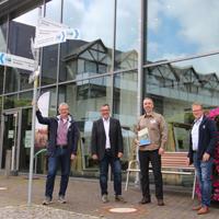 Im Naturpark-Infozentrum in Bad Berleburg wurde der Naturpark-Scout Julian Bruhn durch den Vorsitzenden des Naturparks Sauerland Rothaargebirge e.V., Bernd Fuhrmann, in Empfang genommen (Foto: Naturpark Sauerland Rothaargebirge e.V.)