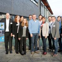 """Detlef Lins, Prof. Dr. Susanne Leder und Georg Schmitz (Mitte) diskutierten mit Studierenden die Kampagne """"Zeig uns dein Juwel der Heimat!"""", links im Bild Jan Schützler (Foto: Christian Klett/ FH Südwestfalen)"""