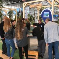 """Im Fokus der Besucher: der interaktive Tisch präsentiert auf der  Leitmesse für Wandern und Naturerlebnisse """"Tour Natur"""" (Foto: Naturpark Sauerland Rothaargebirge e.V.)"""