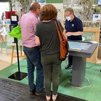 Erstmalig fand der interaktive Messetisch Anwendung, der bei den Besucherinnen und Besuchern der Messe auf positiven Anklang stieß (Foto: Naturpark Sauerland Rothaargebirge e.V.)