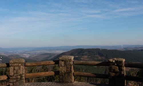 Unvergleichliche Panorama Aussichtichten bekommt der Wanderer von der Hohen Bracht Fernblick und Naturerlebnis für Alle   der besondere Naturerlebnispfad