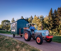 mit Traktor und Forstarbeiterwagen durchs Ländle
