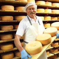 Milch und Käse aus der Schaukäserei