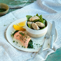 Lachs-Spinat-Roulade mit Honig-Senf-Lias und Dinkel-Gnocchi