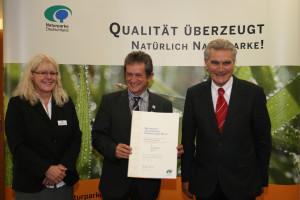 Bernhard Drixler nimmt die Qualitätsauszeichnung entgegen