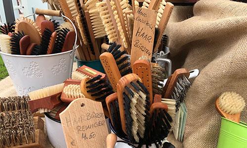 2019 06 16 10.44.00 Handgefertigte Bürsten aus Naturmaterialien