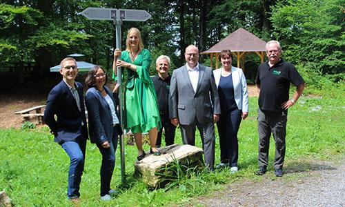 """2019 07 19 Beschilderung Premiumwanderwege Feenspuren Gruppenfoto Foto Stadt Murrhardt """"Feenspuren"""" werden im Schwäbischen Wald ausgeschildert"""
