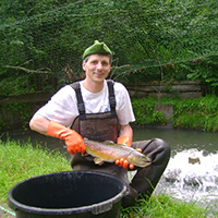 Jochen Rieker mit kapitaler Bachforelle auf der Teichanlage in Rudersberg