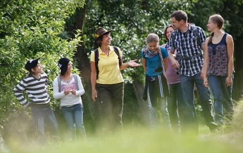Guide Monika Wurft mittel Tieren, Pflanzen und Geschichten auf der Spur