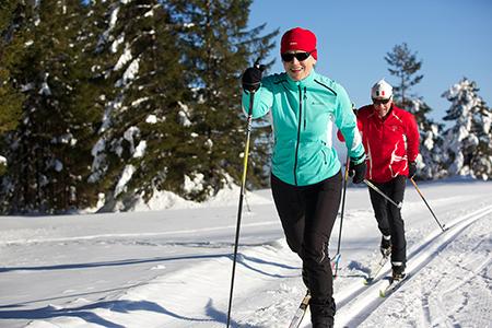Langlauf02 Baiersbronn Touristik Aktiv durch verschneite Landschaften