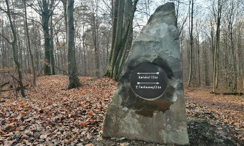 Wegestein mit Steinplatte 500x300 Neues Wegeleitsystem im Ennert