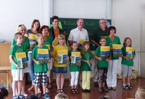 Übergabe Berichsheft Jahresabschlussfeier der Naturparkschule Partenstein