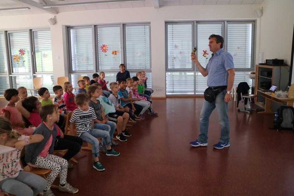 """Albrecht Trenz mit der 1. Klasse der Grundschule Partenstein 940x627 Umweltbildung an Naturparkschule mit Themenschwerpunkt """"Bienen"""""""