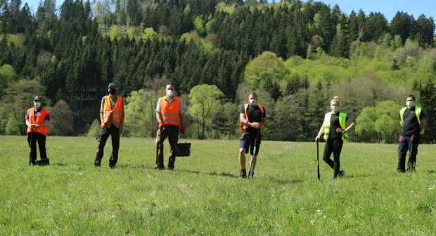 Bild1 Helfer Gruppenbild Foto A.Schätzlein 620x336 Naturschutz Helfer bekämpfen giftiges Wasserkreuzkraut im Sinngrund