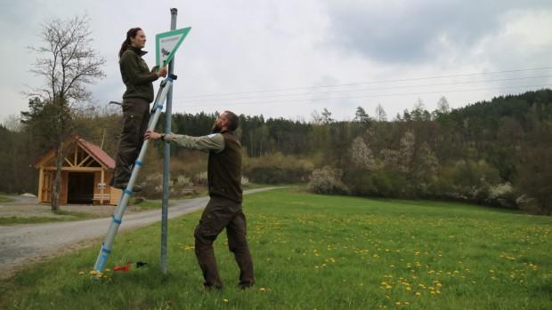 Bild1 Montage neuer NSG Schilder Naturpark Ranger 620x349 Naturschutzgebiet Schilder im Sinngrund erneuert