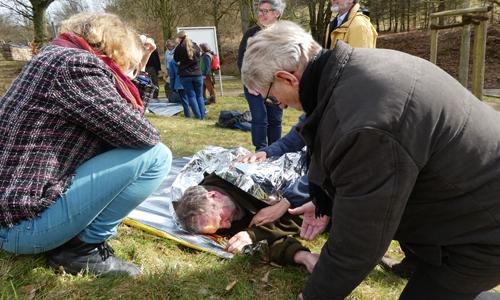 Erste Hilfe Kurs 11.3 Naturführer nehmen an Erste Hilfe Lehrgang teil