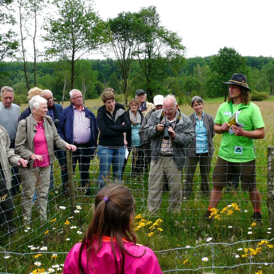 Exkursionsgruppe mit Gebietsbetreuer Salomon an einer der Arnika Vermehrungsflächen 1 bearbeitet 940x940 gelungene Exkursion zur Weikertswiese