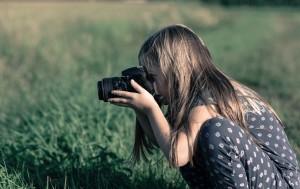Kind beim Fotografieren in der Natur (Quelle: Skitterphoto, pixabay)