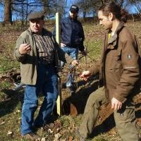 Otmar Seidel (links) und Michael Specht (rechts) erläutern das richtige Pflanzen von Apfelbäumen (C.Salomon)
