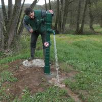 Oliver Kaiser an Wasserpumpe des Erlebnispfads Wiesthal