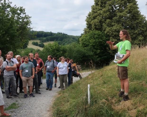 Salomon erläutert Beweidung von Streuobstwiesen bei Dammbach Foto Judith Hnekel 620x495 Unsere Naturpark Wiese des Jahres!