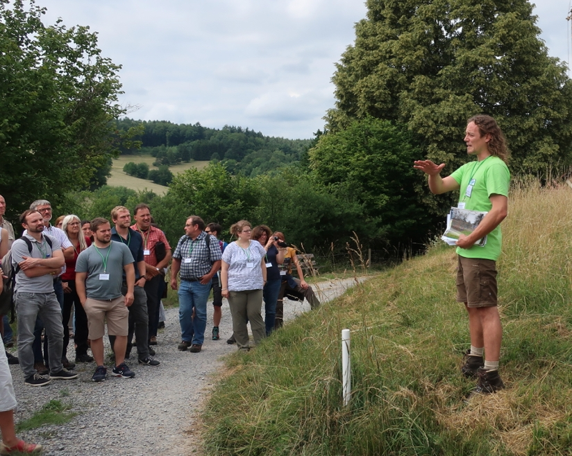 Salomon erläutert Beweidung von Streuobstwiesen bei Dammbach Foto Judith Hnekel Beweidung im Naturschutz – erkenntnisreiche Tagung in Aschaffenburg