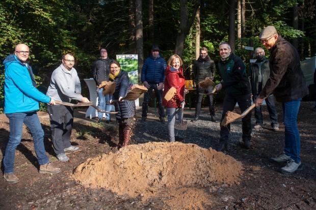 Schutz und Infohütte Dammbach Spatenstich 620x413 Spatenstich für die erste von insgesamt 23 Schutz  und Infohütten