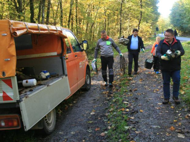 Teilnehmer beim Müllsammeln klein 620x463 Raus aus dem Büro – rein in die Natur!