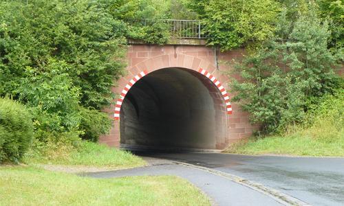 Tunnel Mit dem Wanderstock über die Autobahn