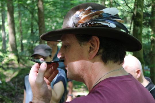 kein Drogenkonsum sondern Wahrnehmungsübung mit Spiegel Erfolgreiche Ausbildung von Natur  und Landschaftsführern
