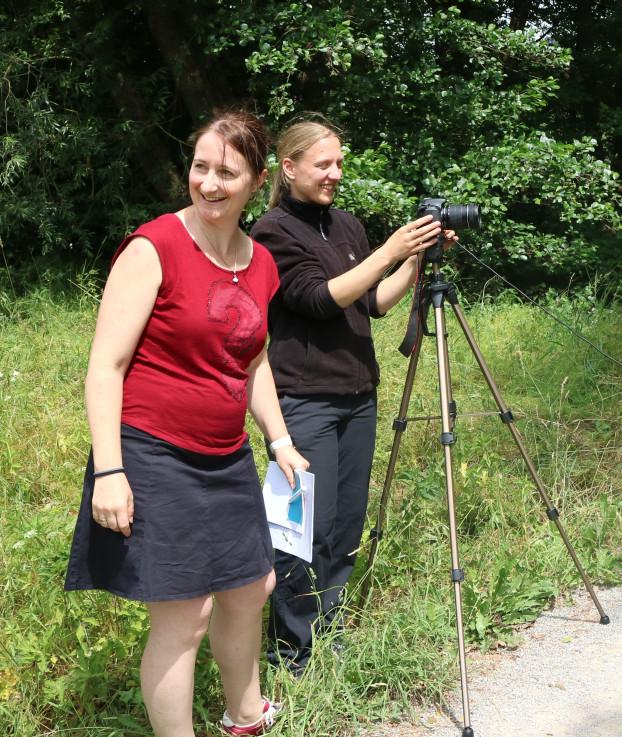 melanie und Christina beim Dreh Kurzfilm präsentiert Naturparkschule