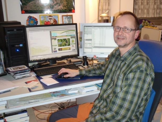 webmaster vorm computer 1 klein 620x465 Manfred Dirlam