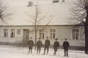 Die Herren von der Post Lindenstraße 12 von Doro Messner kleiner 300x199 Historische Fotos von Menz gesucht