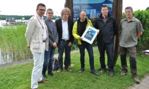 Fischadlertafel Einweihung1 300x180 Rheinsberger Preussenquelle übernimmt Patenschaft für Fischadler