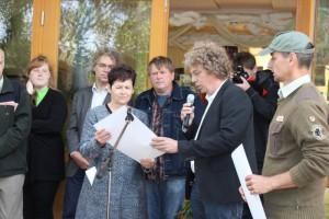 Naturwächter Thomas Hahn und Naturparkleiter Dr. Mario Schrumpf überreichen Schuldirektorin Angela Stegemann die Urkunde (v.r.n.l.)