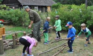 Kita Hecke 03 300x180 Kita Kinder und Menzer Naturforscher bauten gemeinsam Schichtholzhecke