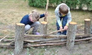 Kita Hecke 10 300x180 Kita Kinder und Menzer Naturforscher bauten gemeinsam Schichtholzhecke