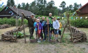 Kita Hecke 108 300x180 Kita Kinder und Menzer Naturforscher bauten gemeinsam Schichtholzhecke