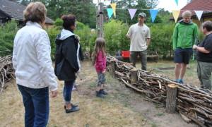 Kita Hecke 57 300x180 Kita Kinder und Menzer Naturforscher bauten gemeinsam Schichtholzhecke