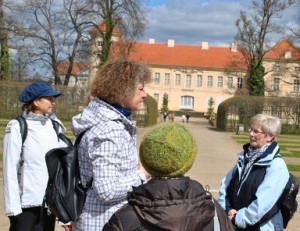 Natur- und Landschaftsführerin Christine Mewes führt durch den Schloßpark