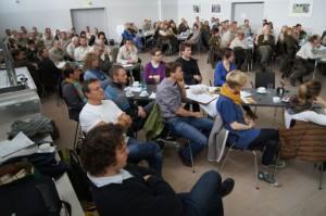 Interessiert hören die Mitarbeiter des NaturSchutzFonds Brandenburg dem Vortrag zu
