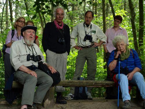 Prof. Succow sitzend und Prof. Jescheke rechts daneben referieren am Augusta Blick Landschaftsökologische Exkursionstage im Naturpark