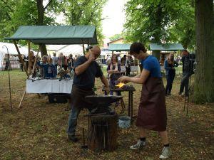 Traditionelles Handwerk zum Waldfest.