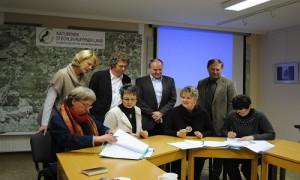 Schulen und Naturparke bei der Unterzeichnung der Kooperationsvereinbarung