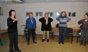 Sprech- und Stimmbildnerin Margarete Seyd erklärt die Übung.