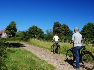 Unterwegs mit dem Rad auf historischen Pflasterstraßen.