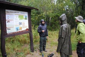 Michael Zauft, Leiter des EU-Life-Projektes Feuchtwälder informiert über Wiedervernässungsmaßnahmen