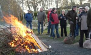 Gespräche am Feuer nach Anpaddeln und Müll sammeln